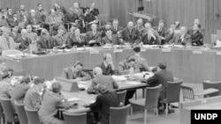 پچاس کی دہائی میں اقوام متحدہ کی سلامتی کونسل کا 228واں اجلاس، جس میں کشمیر کا تنازع زیر غور آیا۔ بلیک اینڈ وائٹ تصویر۔ (فائل)
