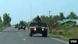 Kendaraan perang pasukan Thailland melewati perbatasan Thailand dan Kamboja, Jumat (22/4).