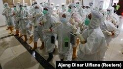 Petugas kesehatan yang mengenakan alat pelindung diri (APD) bersiap untuk merawat pasien di rumah sakit darurat COVID-19 di Wisma Atlet, Jakarta, 26 Januari 2021. (REUTERS/Ajeng Dinar Ulfiana)