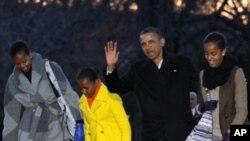 美國總統奧巴馬和家人星期二結束渡假返回白宮﹐在南草坪向記者揮手。