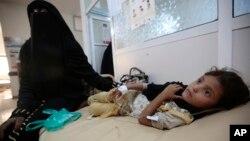 Yarinya karama da ta samu rauni kuma tana fama da cutar kwalara sanadiyar yakin da Saudiya ke jagoranta a Yemen