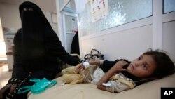 فائل: صنعا کے ایک اسپتال میں ہیضے سے متاثرہ ایک بچی کو طبی امداد دی جا رہی ہے۔
