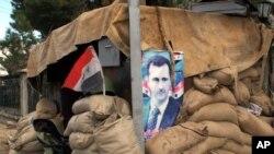 大马士革郊区的一个检查站外挂着叙利亚总统阿萨德的肖像
