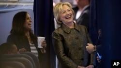 Capres AS dari partai Demokrat, Hillary Clinton bersama penasihat senior kebijakan partai Demokrat, Maya Harris (kiri) dan staf pendukungnya dalam kampanye di White Plains, New York, 2 Oktober 2016. (AP Photo/Andrew Harnik).