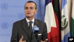 유엔 안보리 의장국인 프랑스의 제라르드 아로이드 대사가 16일 기자회견에서 시리아 관련 결정을 설명하고 있다.