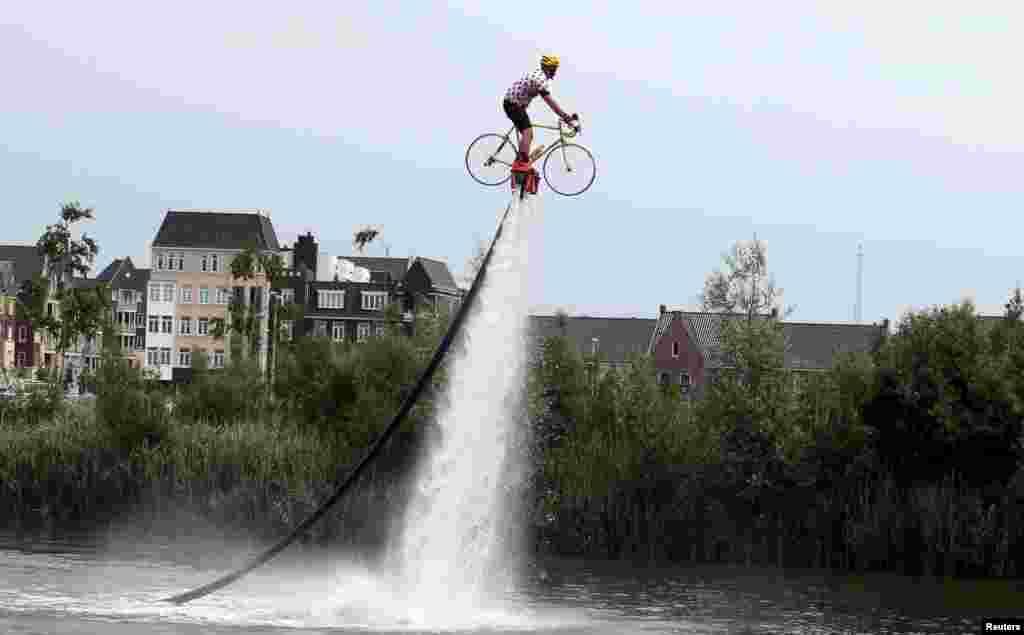 បុរសពាក់អាវយឺតកីឡាប្រណាំងកង់ Tour de Franceម្នាក់កំពុងហ្វឹកហាត់ការជិះកង់បង្ហោះ មុនចាប់ផ្តើមការប្រកួតប្រណាំងកង់ Tour de France លើកទី១០២ក្នុងរយៈចម្ងាយ១៦៦គីឡូម៉ែត្រពីខេត្ត Utrecht ដល់ Zeeland ប្រទេសហូឡង់។