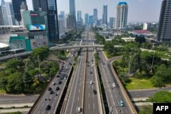 Jalan-jalan sebagian sepi di Jakarta pada 3 Juli 2021, karena pemerintah memberlakukan PPKM akibat penyebaran varian Delta. (Foto: AFP/Bay Ismoyo)
