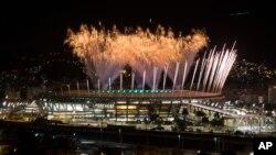 Pháo hoa bừng sáng trên sân vận động Maracana trong buổi tổng duyệt Lễ khai mạc Thế vận hội ở Rio de Janeiro, Brazil, ngày 31/7/ 2016.