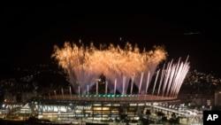 Feux d'artifice, stade de Maracana, Rio de Janeiro, Brésil, le 31juillet 2016.