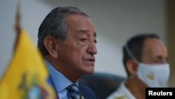 厄瓜多尔国防部长奥斯瓦多·贾林2020年8月18日向媒体简报中国渔船在附近海域的行为(路透社)