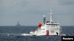 中国海监船在南中国海有争议的石油钻井平台附近游弋。(2014年6月13日)