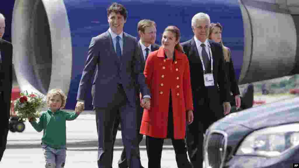 Arrivée du Premier ministre du Canada Justin Trudeau, avec son fils Hadrien, et sa femme Sophie Gregoire-Trudeau à Hambourg, le 6 juillet 2017.