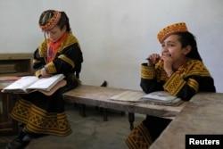 وادی کالاش میں قائم ایک سکول کی ننھی طالبات