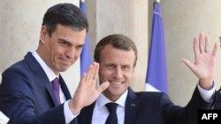 Le président français Emmanuel Macron, à droite, reçoit le Premier ministre espagnol Pedro Sanchez, à gauche, au Palais présidentiel de l'Elysée, Paris, le 23 juin 2018.