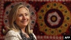 Ngoại trưởng Clinton mỉm cười trong 1 cuộc thảo luận ở Dushanbe, Tajikistan, Thứ Bảy 22/10/2011