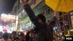 香港市民11月26日聚集在旺角銀行中心附近的路段(美國之音資料圖片)