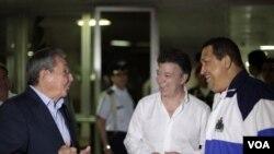 El presidente de Colombia (centro), Juan Manuel Santos, visitó a sus homólogos de Cuba y Venezuela, Raúl Castro y Hugo Chávez, el 7 de marzo en La Habana.