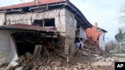 Rumah yang ambruk akibat gempa 5,5 SR yang mengguncang kawasan Acipayan, provinsi Denizli, 20 Maret 2019.