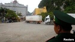Nhân viên hải quan Việt Nam giám sát xe tải băng qua cửa khẩu Tân Thanh với Trung Quốc ở tỉnh Lạng Sơn, ngày 30/7/2014.
