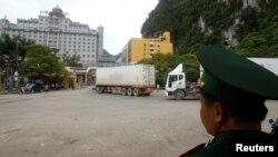Nhân viên bảo vệ biên giới canh gác tại cửa khẩu Tân Thanh ở Lạng Sơn giáp với Trung Quốc.