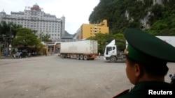 越南警卫人员观看中国货车开进边关