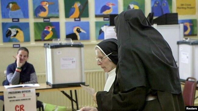 Monjas se preparan para emitir su voto en el referéndum sobre el aborto en Dublín, Irlanda, el viernes, 25 de mayo, de 2018.