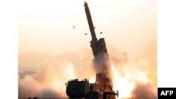 북한이 지난달 31일 초대형 방사포 연속 시험사격에 성공했다며 관영 '조선중앙통신'이 발사 장면을 공개했다.
