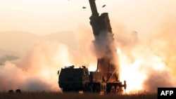 북한이 31일 초대형 방사포 연삭 시험사격에 성공했다며 관영 '조선중앙통신'을 통해 발사 장면을 촬영한 사진을 공개했다.