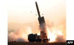 북한이 지난달 초대형 방사포 연속 시험사격에 성공했다며 관영 '조선중앙통신'을 통해 공개한 사진.
