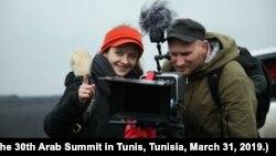 Режисерка Ірина Цілик за роботою (фото з офіційної сторінки фільму «Земля блакитна, ніби апельсин»)