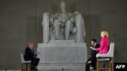 美國總統特朗普在華盛頓林肯紀念堂參加福克斯新聞頻道現場直播的遠程市民大會節目。 (2020年5月3日)Donald Trump