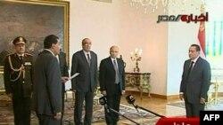 Ministar za informacije tokom polaganje zakletve pred tadašnjim predsednikom Hosnijem Mubarakom