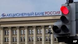 Các biện pháp chế tài Hoa Kỳ áp dụng đã khiến cho nền kinh tế Nga chịu tổn thất qua việc vốn đầu tư rút khỏi thị trường Nga, giảm đầu tư nước ngoài, và đẩy dự đoán tăng trưởng kinh tế xuống con số không.