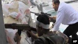 Các chiến binh phe nổi dậy đang chiến đấu với binh sĩ Syria ở Aleppo
