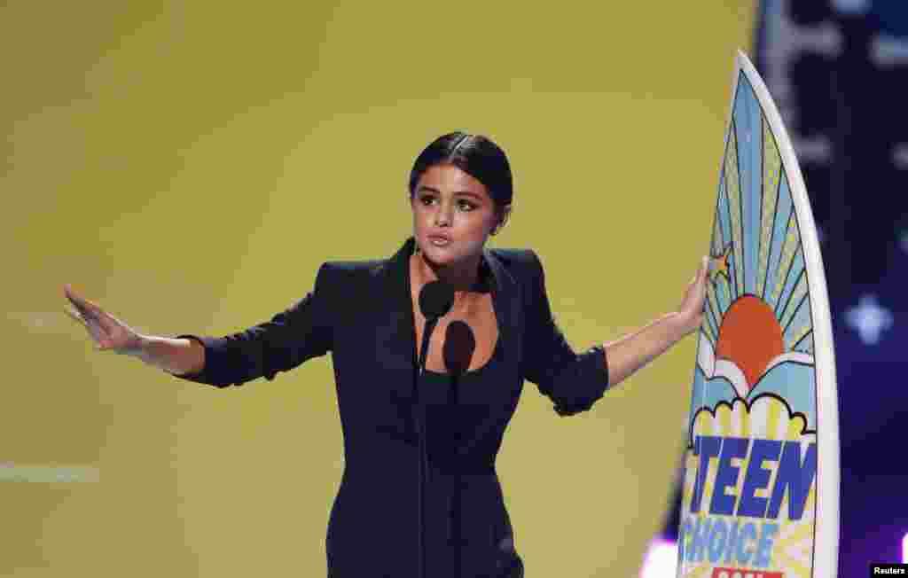 امریکہ سے تعلق رکھنے والی اداکارہ سیلینا گومیز کو ان کی اعلیٰ کارکردگی پر ٹین چوائس ایوارڈ سے نوازا گیا۔