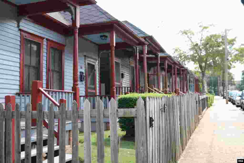 马丁•路德•金家庭房屋对面的黑人贫民住宅 (美国之音龚小夏 拍摄)