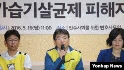 가습기살균제피해자가족모임 강찬호 대표가 16일 서울 '민주사회를 위한 변호사모임' 대회의실에서 열린 가습기살균제피해자 공동소송대리인단의 집단소송 소장 접수 기자회견에서 취재진 질문에 답하고 있다.