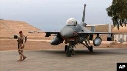 Tentara Irak berjaga dekat jet tempur F-16 milik Irak di Pangkalan Udara Balad, utara Baghdad, Irak, 13 Februari 2018.