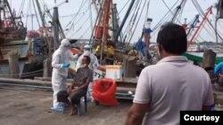 စမြတ္ပရာကမ္ခရိုင္က လာတဲ့ ျမန္မာႏိုင္ငံသားေရလုပ္သားေတြကို ရွာေဖြျပီး Rayong ခရိုင္ဆိပ္ကမ္းမွာ ကုိဗစ္စစ္ေဆးေနတဲ့ ျမင္ကြင္း။ (ဓာတ္ပံု - ဆိပ္ကမ္းအာဏာပိုင္ - ဒီဇင္ဘာ ၂၄၊ ၂၀၂၀)