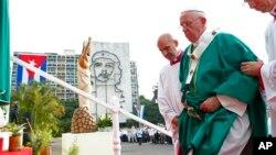 El papa Francisco sube al altar donde ofició la misa en la Plaza de la Revolución de La Habana.