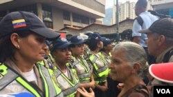 """La """"Marcha de los abuelos"""" busca llegar de forma pacífica hasta la Defensoría del Pueblo en el centro de Caracas. [Foto: Alvaro Algarra, VOA]."""