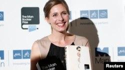 Penulis Selandia baru Eleanor Catton, pemenang Man Booker Prize 2013, saat menerima penghargaan di London (15/10). (Reuters/Olivia Harris)