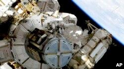 Desde la primera caminata espacial en 1965, 227 personas han deambulado por el espacio fuera de sus naves o cápsulas, y de ellas sólo 14 han sido mujeres.