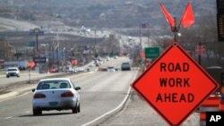 Rambu peringatan pembangunan sedang berlangsung di US Route 550 di Bernalillo, N.M. (Foto: ilustrasi)