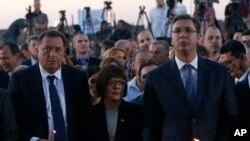 Arhiva: Predsednik Republike Srpske, Milorad Dodik (levo) i Aleksandar Vučić, tada premijer Srbije (desno), tokom pomena srpskim žrtvama hrvatske akcije Oluja, u blizini Beograda, 14. avgusta 2014.