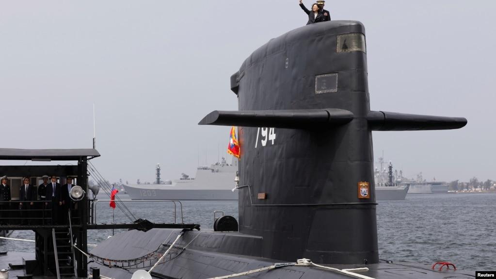 台灣總統蔡英文2017年3月21日在台灣潛艇上揮手。