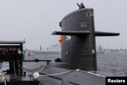 台湾总统蔡英文2017年3月21日在高雄海军基地的一艘潜艇上挥手。