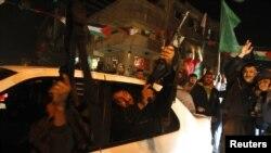 Piştî ragihandina agirbestê, rûniştvanên Gaza'yê jibo pîrozbahîyê rijîyan kolanan