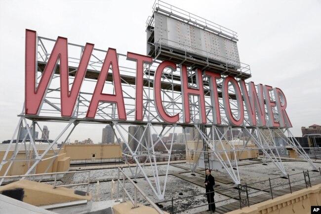 ARTIGO - O sinal icónico da Torre de Vigia é visto no telhado de 25-30 Columbia Heights, a sede mundial atual das Testemunhas de Jeová, na cidade de Brooklyn, em Nova Iorque, em 9 de dezembro de 2015.
