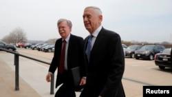 美國國防部長馬蒂斯(右)3月29日與博頓(左)抵達國防部。